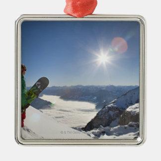 Snowboarder som tittar från det bästa berg julgransprydnad metall