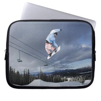 Snowboarderbanhoppning i mitt--luft som gör en bak laptop sleeve