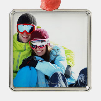 Snowboarderen kopplar ihop sitta på snö julgransprydnad metall