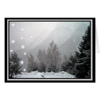 Snowing i kortet för bergjulhälsning hälsningskort
