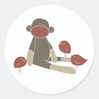 Sock monkey med hans pippivänklistermärkear runt klistermärke