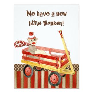 Sock monkey röd vagn, pojkefödelsemeddelande 10,8 x 14 cm inbjudningskort