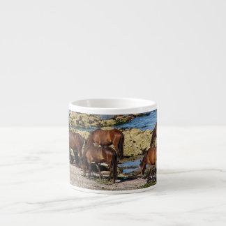 Södra Devon Dartmoor ponnyer som betar på sjögräs Espressomugg
