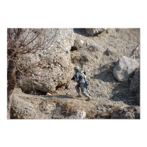 soldaten går upp sidan av en backe foton