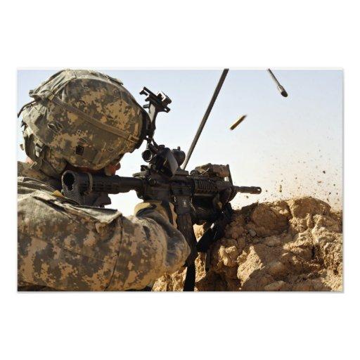 soldaten kopplar in fientliga styrkor fotografi