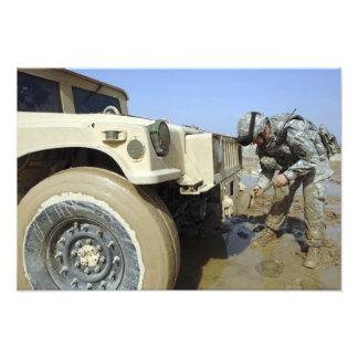 Soldaten unties ett rep för att bogsera en humvee fotografier