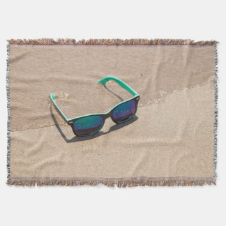 Solglasögon på strandkastfilten dekorativ filt