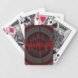 Solid röd mörk som leker kort spelkort