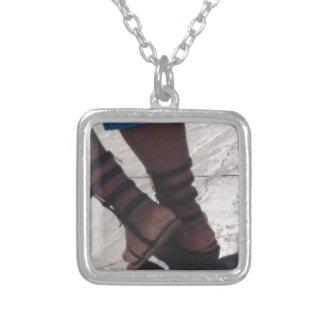 Solig fot halsband med fyrkantigt hängsmycke