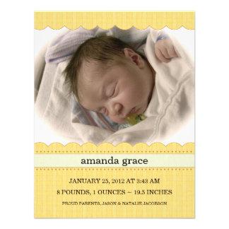 Soliga gula nyfödd bebisfotomeddelanden personliga inbjudningskort