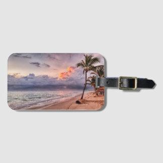 Solnedgång för strand för havvågar sandig bagagebricka
