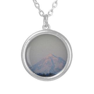 Solnedgång glöd på berg silverpläterat halsband