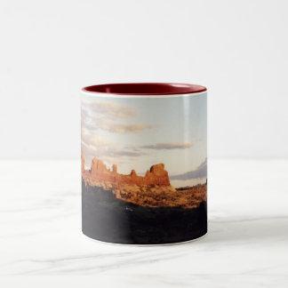 Solnedgång i bågar, bågar nationalpark, Utah Två-Tonad Mugg