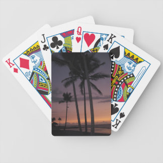 Solnedgång på den tropiska stranden med palmträd spelkort
