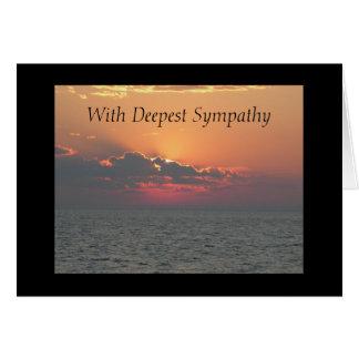 Solnedgång på stranden med djupast sympati hälsningskort