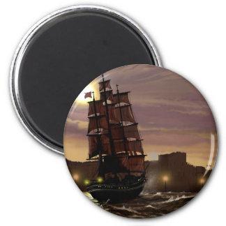 Solnedgångsegelbåt som beskådas till och med spygl magnet