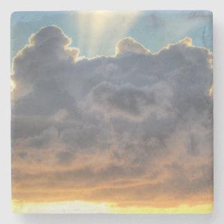 Solnedgångstrålar av ljust till och med stormiga stenunderlägg