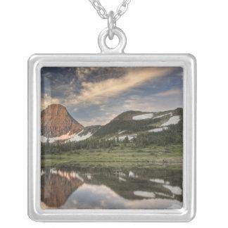 Soluppgång och reflexion, glaciärnationalpark, silverpläterat halsband