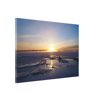 Soluppgång över djupfryst vildmark slågen in canvastryck