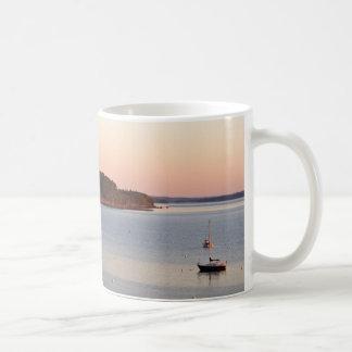 Soluppgång på hamnen kaffemugg
