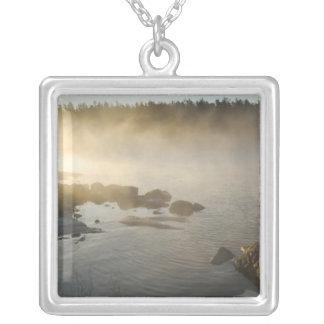 Soluppgång till och med dimma i anderssonfjärden silverpläterat halsband