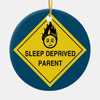 Sömn berövad förälder rund julgransprydnad i keramik