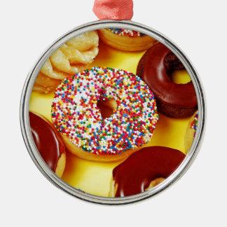 Sortiment av läckra donuts julgransprydnad metall