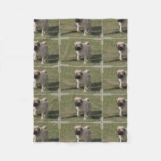 Söt mopshund fleecefilt