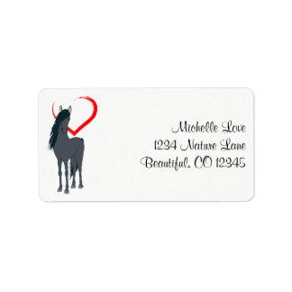 Söten svärtar hästen och den röda hjärtaadressen adressetikett