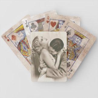 Sötsaken kopplar ihop att kyssa spelkort