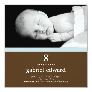Sött initialt pojkefödelsemeddelande fyrkantigt 13,3 cm inbjudningskort