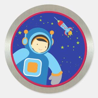 Spaceboy som flyter utanför spaceshipen runt klistermärke