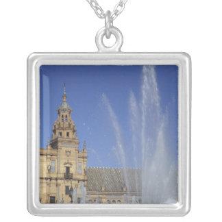 Spanien, Sevilla, Andalucia fontän och utsmyckat Silverpläterat Halsband