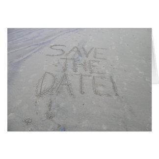Spara daterakortet som är skriftligt i sanden hälsningskort