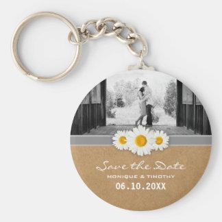 Spara för grått & för vit för daisybandbröllop rund nyckelring