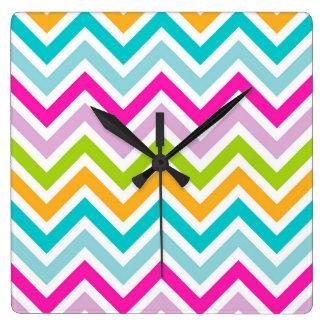 Sparrar som den färgrika randen kvadrerar väggen, fyrkantig klocka