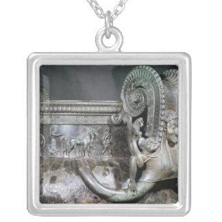 Specificera av gorgonhandtaget från en krater silverpläterat halsband