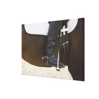 specificera av kvinnlig dressageryttare på häst canvastryck