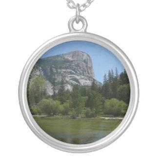 Spegel sjö II i den Yosemite nationalparken Silverpläterat Halsband