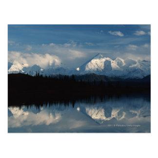 Spegel sjöhorisont med skogen & snöig berg vykort