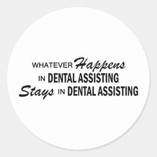 Spelar ingen roll händer - tand- hjälpa rund klistermärke