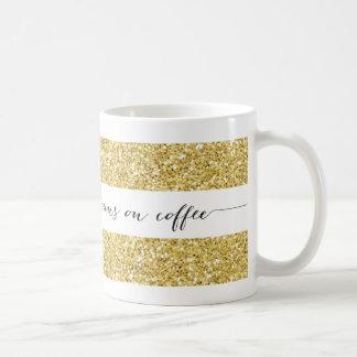 Springor på den kaffe görade randig muggen, guld- kaffemugg