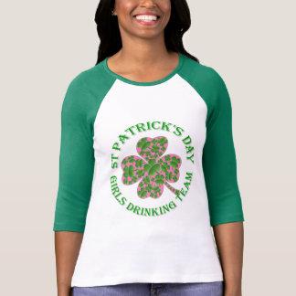 St patrick's dayflickor som dricker laget t-shirts