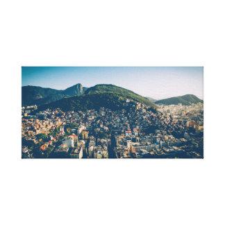 Stad mellan berg canvastryck