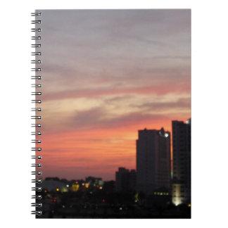 Stad på solnedgången anteckningsbok med spiral