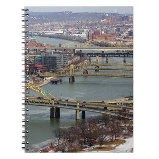 Staden av överbryggar anteckningsbok med spiral