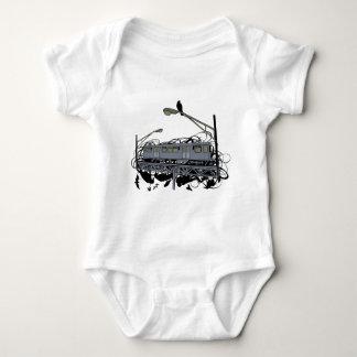 Stads- konstnärligt illustrerat El-tåg & kråkor T Shirt