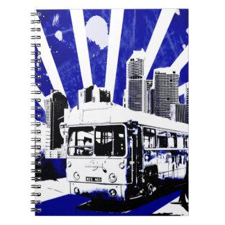 Stads- stad för vektor med vintagebussen anteckningsbok med spiral
