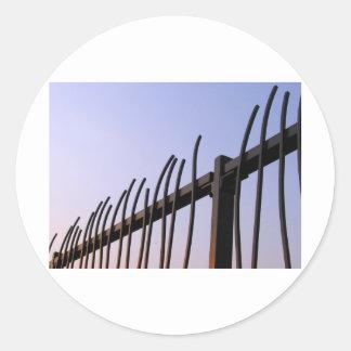 Staket av stålsätter runt klistermärke