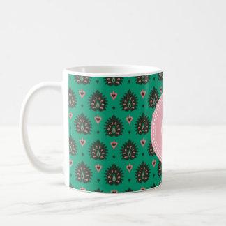 Stam- mönster för gullig ikat för vintagerosagrönt kaffemugg